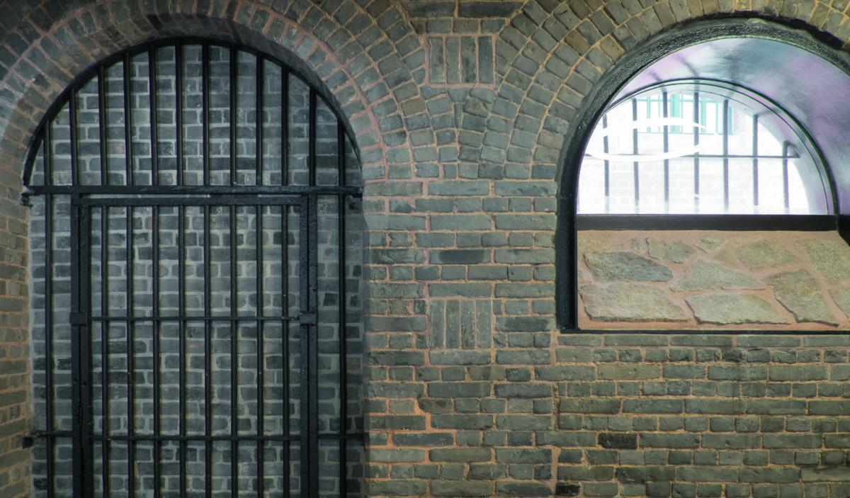 為了鞏固D倉的結構,以及減少對外觀和古蹟建築的影響,張亮表示他們想了很多方法,包括以黑色鐵框支撐門廊位置,保持外觀設計的和諧感。