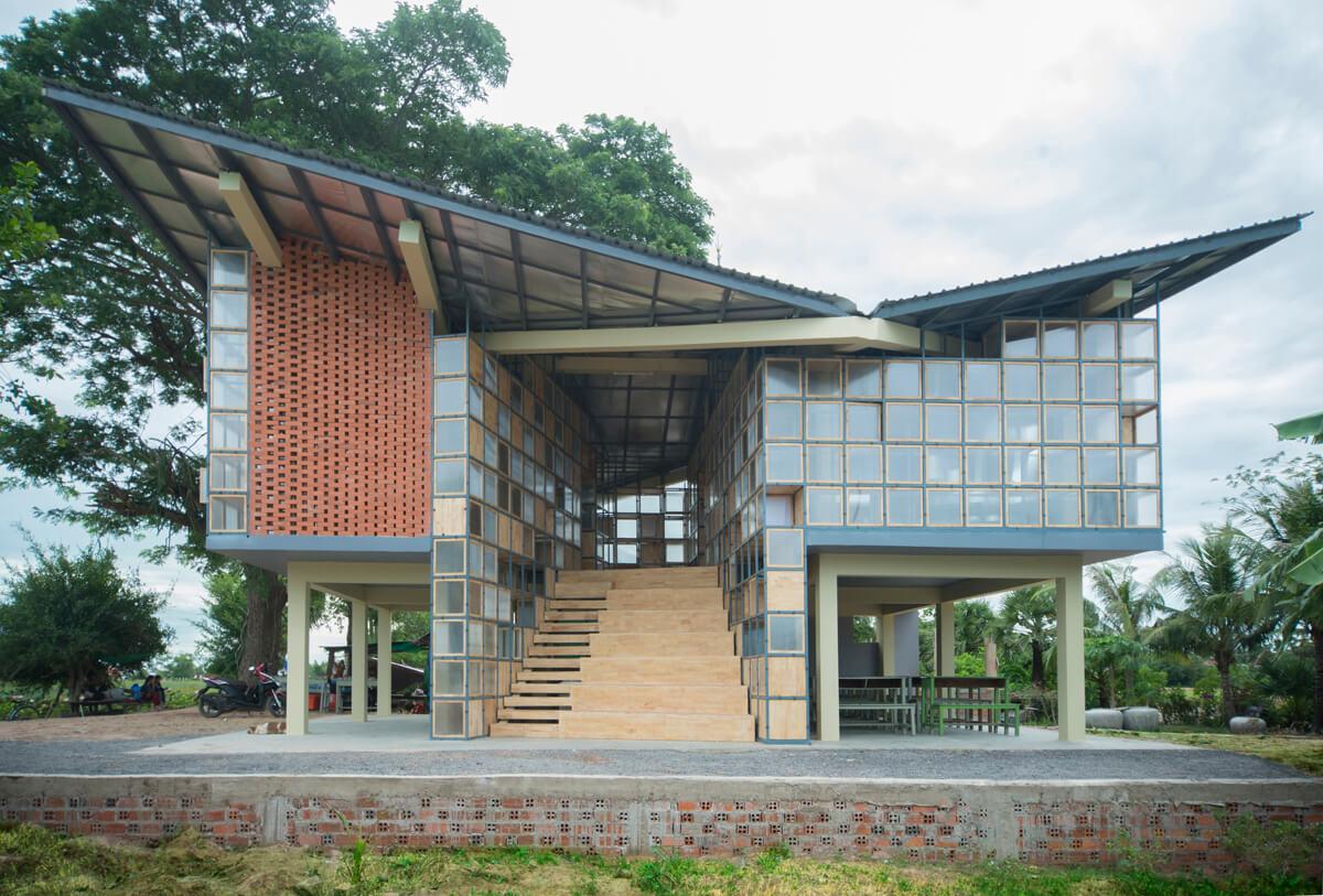 地面課室採開放式設計,與旁邊空地相連,課室得以向外延伸,以便舉行各類活動。 設計採用當地的建築方法和建材。底部懸空結構可預防水浸的威脅。