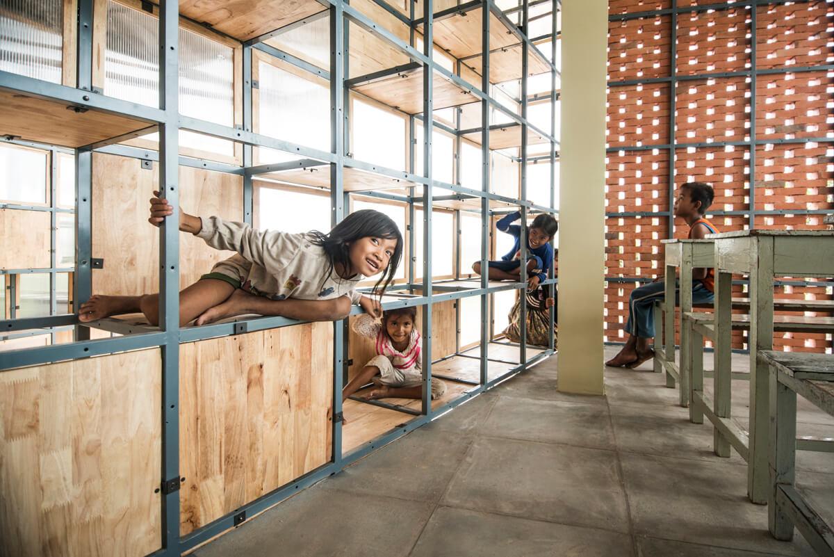 二人認為一些柬埔寨建材及傳統技術教他們目不暇給。土產鐵架運用得宜,實用得來又有美感。小朋友在通窿牆身玩得不亦樂乎。