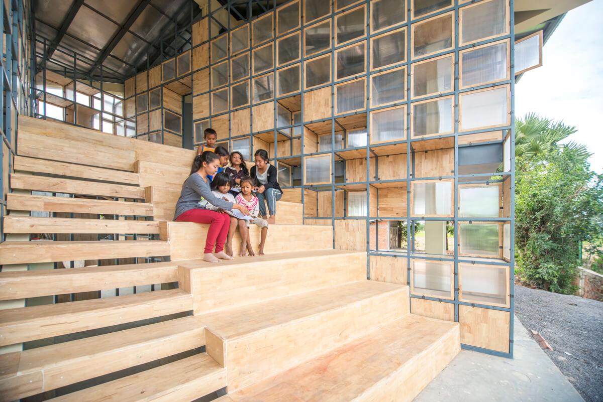 梯級設計用途廣泛,坐着看書可以,跑跑跳跳都可以,當作看台一樣可以。