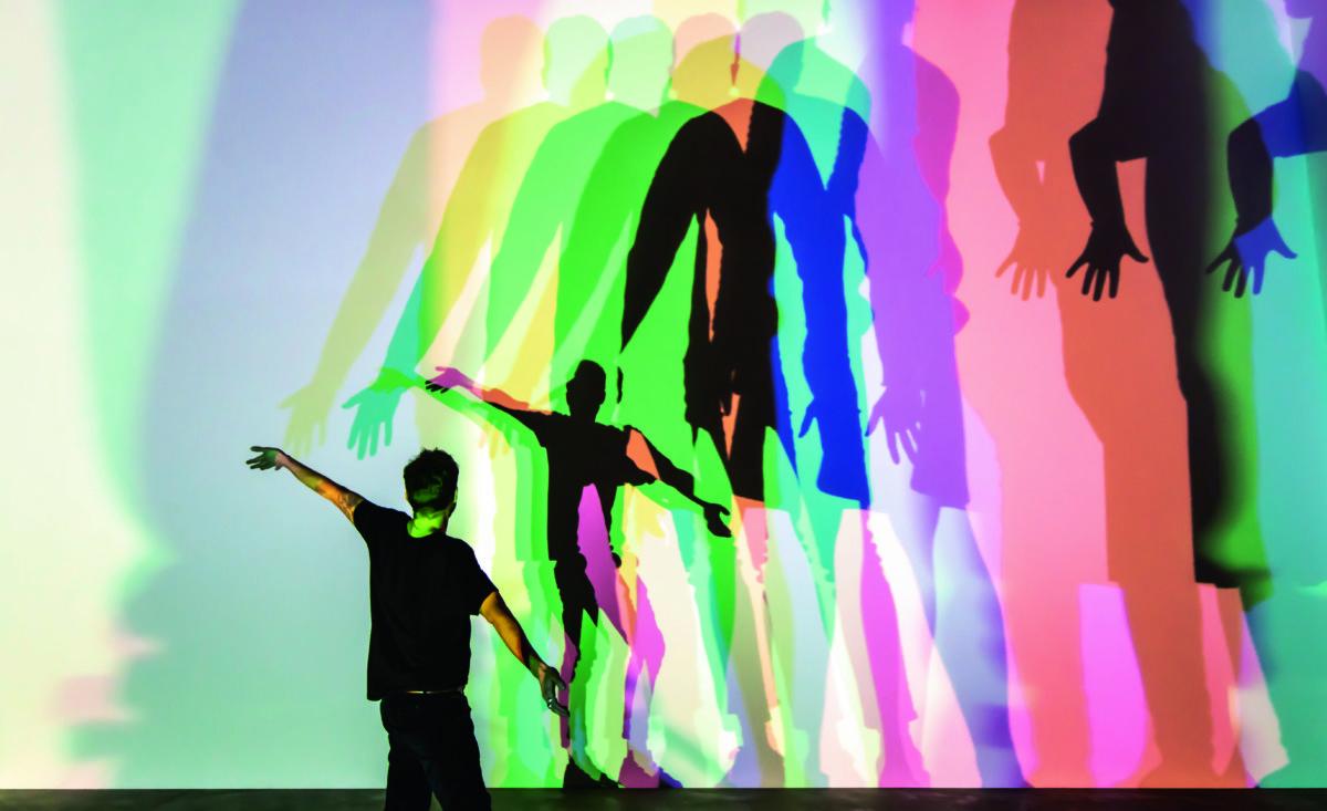 《Your uncertain shadow》(2010)是場內互動性最強的作品,也是展覽打卡位。