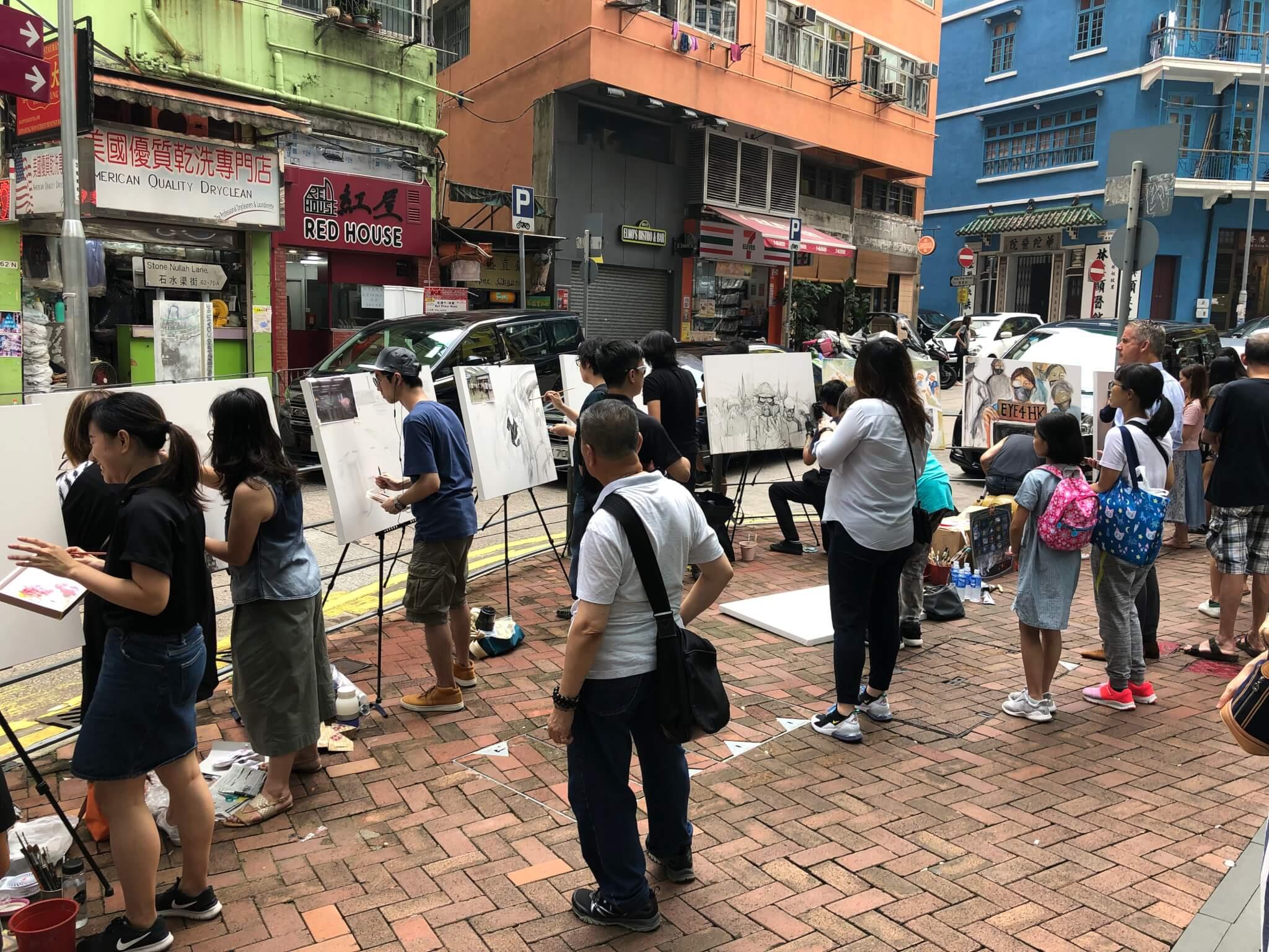阿謙在灣仔街頭與一眾市民繪畫運動的深刻場景