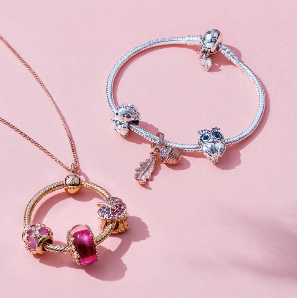 (左)Pandora Rose O吊飾配以秋季系列串飾及頸鏈 $599起、(右)Pandora 925銀葉子扣手鏈配以秋季系列串飾 $349起