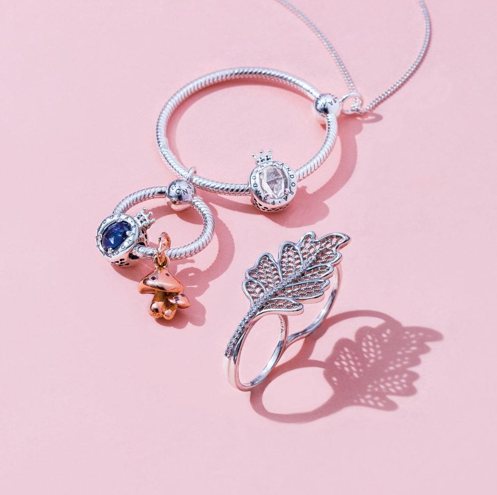 (左)Pandora 925銀O吊飾配以閃亮蘑菇、皇冠串飾及頸鏈 $699起、(右)橡樹葉形雙戒 $1,299