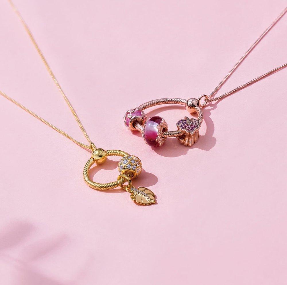 (左)Pandora Shine O吊飾配以秋季系列串飾及頸鏈 $599起、(右)Pandora Rose O吊飾配以秋季系列串飾及頸鏈 $599起