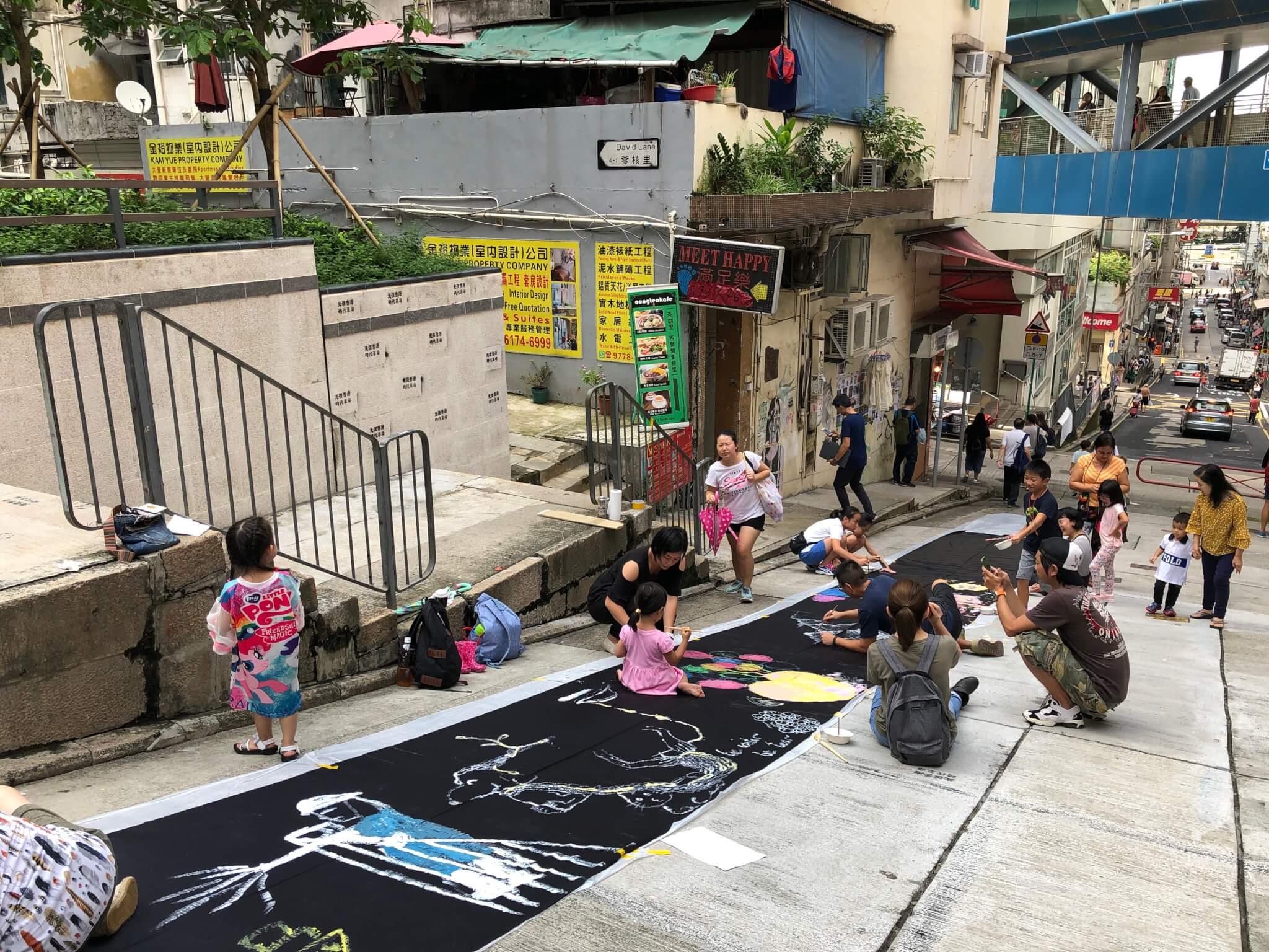 阿謙在西營盤正街攤放畫布,讓街坊繪畫心聲。