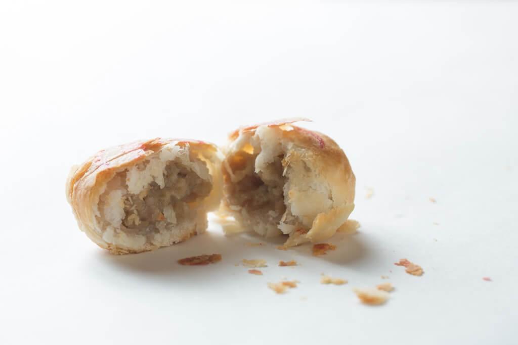 熱辣辣出爐的鮮肉月餅,一定要趁熱吃,管他吃得一身一地散落的餅屑。
