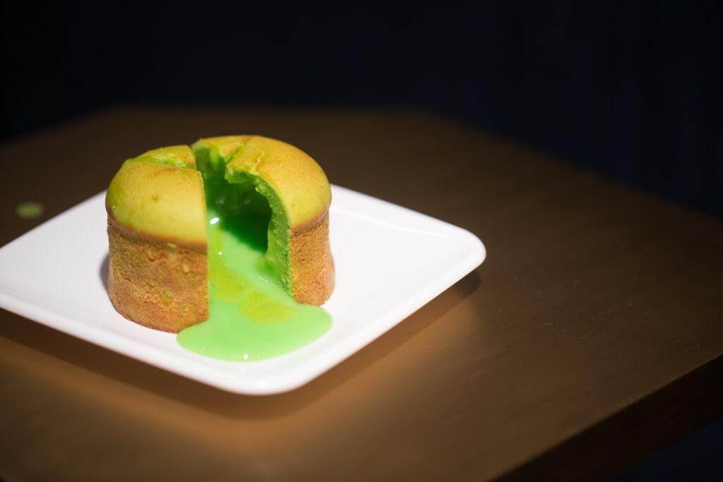 流心斑蘭蛋糕// 一刀切開鬆軟的斑蘭蛋糕,香甜、清香的斑蘭醬湧出,賣相吸引,富驚喜。($32)