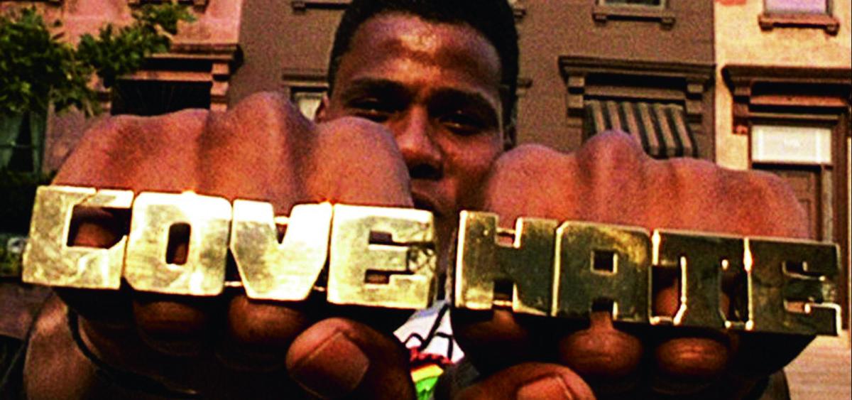 Public Enemy當年為電影寫的主題曲《Fight The Power》絕對是神來之筆,琅琅上口催眠式的歌詞,似是不停提醒要起義,催谷主動揮拳打低「異族」。