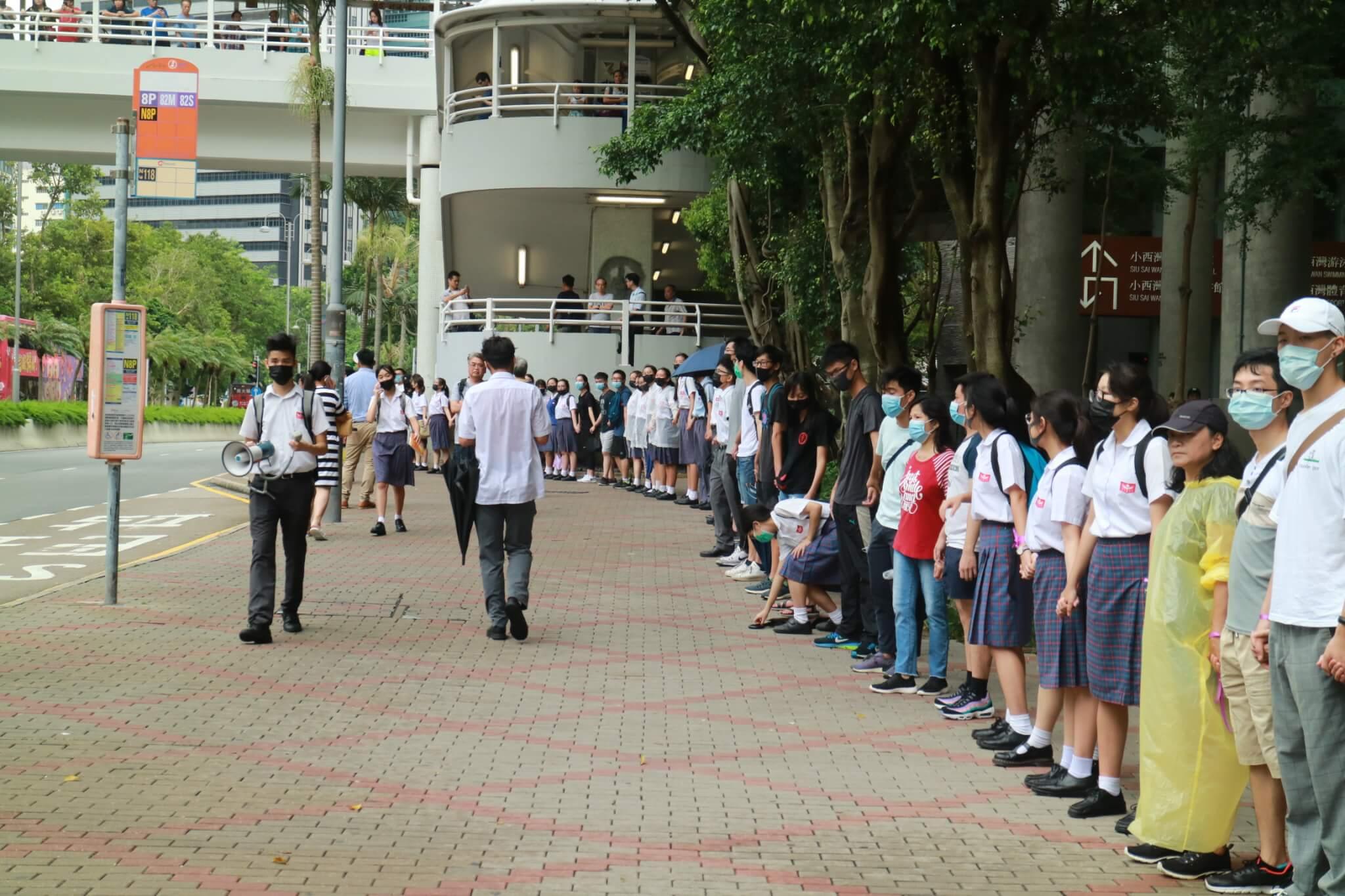 中學生自發的「小西灣人鏈」活動,讓過去三個月也平靜的小西灣,加入了抗爭運動版圖。