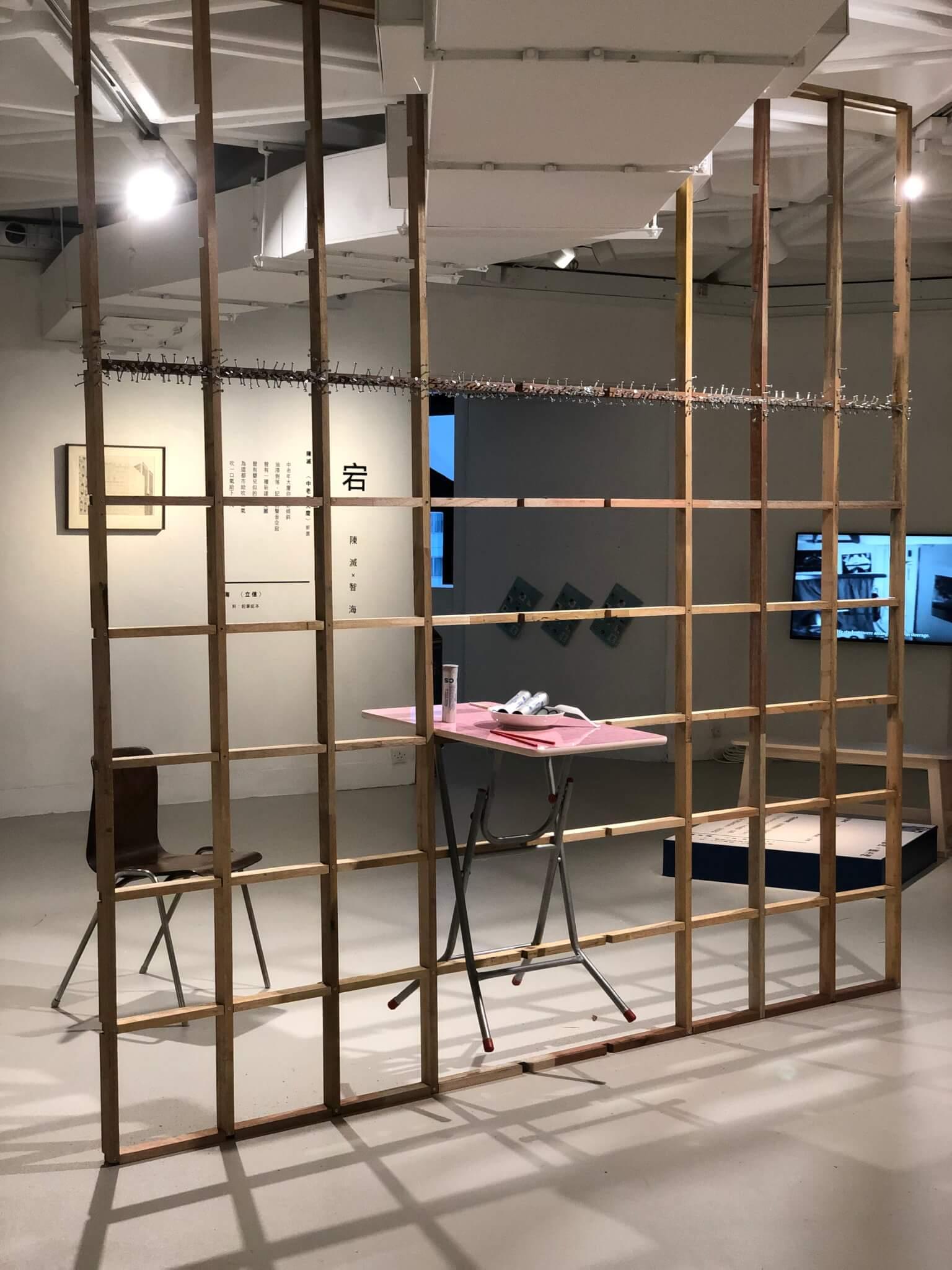 《香港原罪》在香港藝術中心展出,其時催淚彈殼尚未被警方取走。