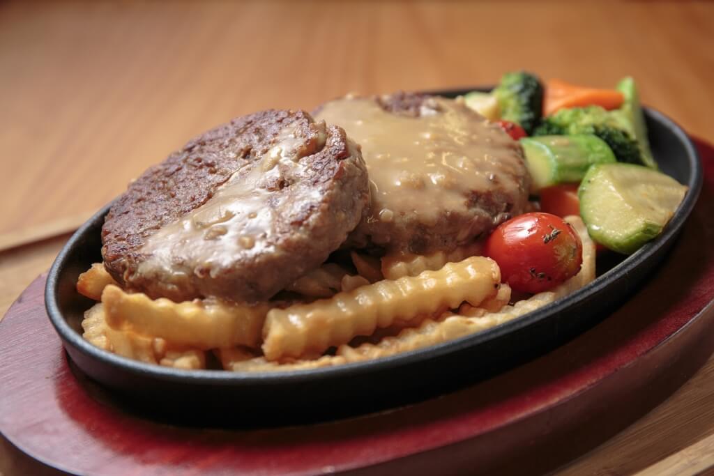 鐵板漢堡扒伴雜菜牛肝菌汁//軟嫩多汁,又有油香的漢堡扒烤得帶有焦香,更香口,加上濃郁的牛肝菌汁,有上茶記食鐵板的回憶。($138)