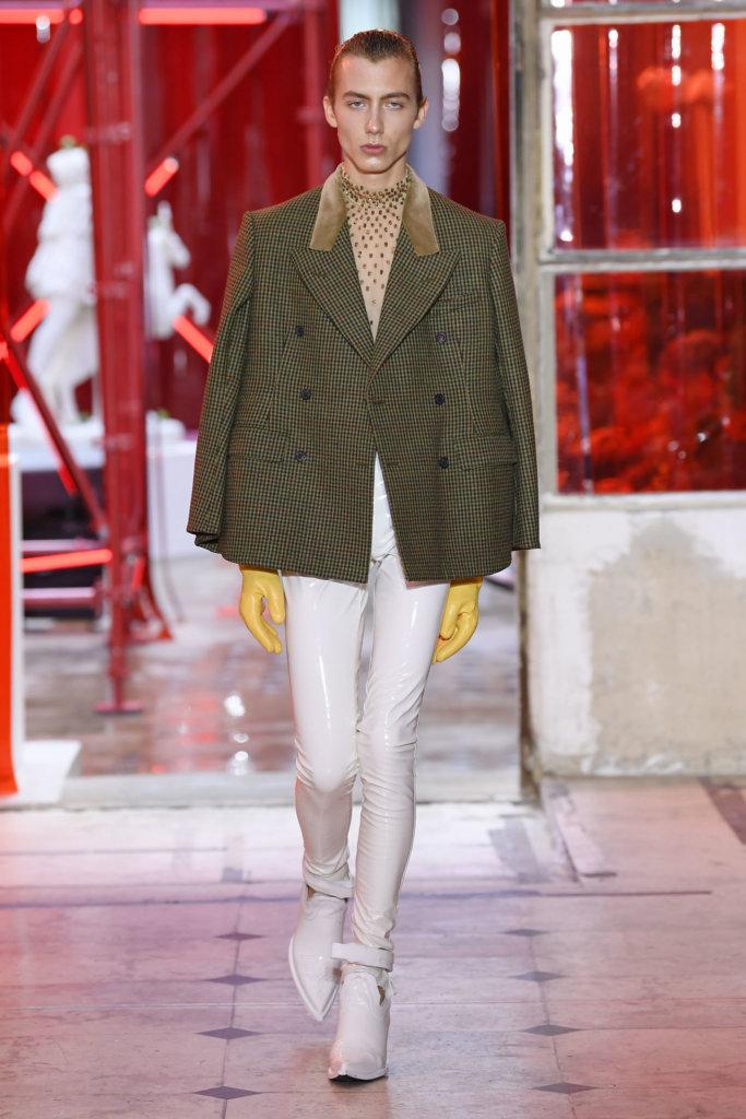 根據《The Business of Fashion》表示,John Galliano在去年終於為品牌帶來盈利,去年創造二億歐元收入,當中男裝比例亦增長百分之二十。