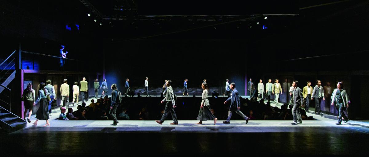 環形舞台是《如夢之夢》一大亮點:舞台分東北、東、東南、南、西南、西、西北等八個方位,東、西兩個方位有二層樓,觀眾席在中央,他們可以依據情節發展而旋轉觀賞。