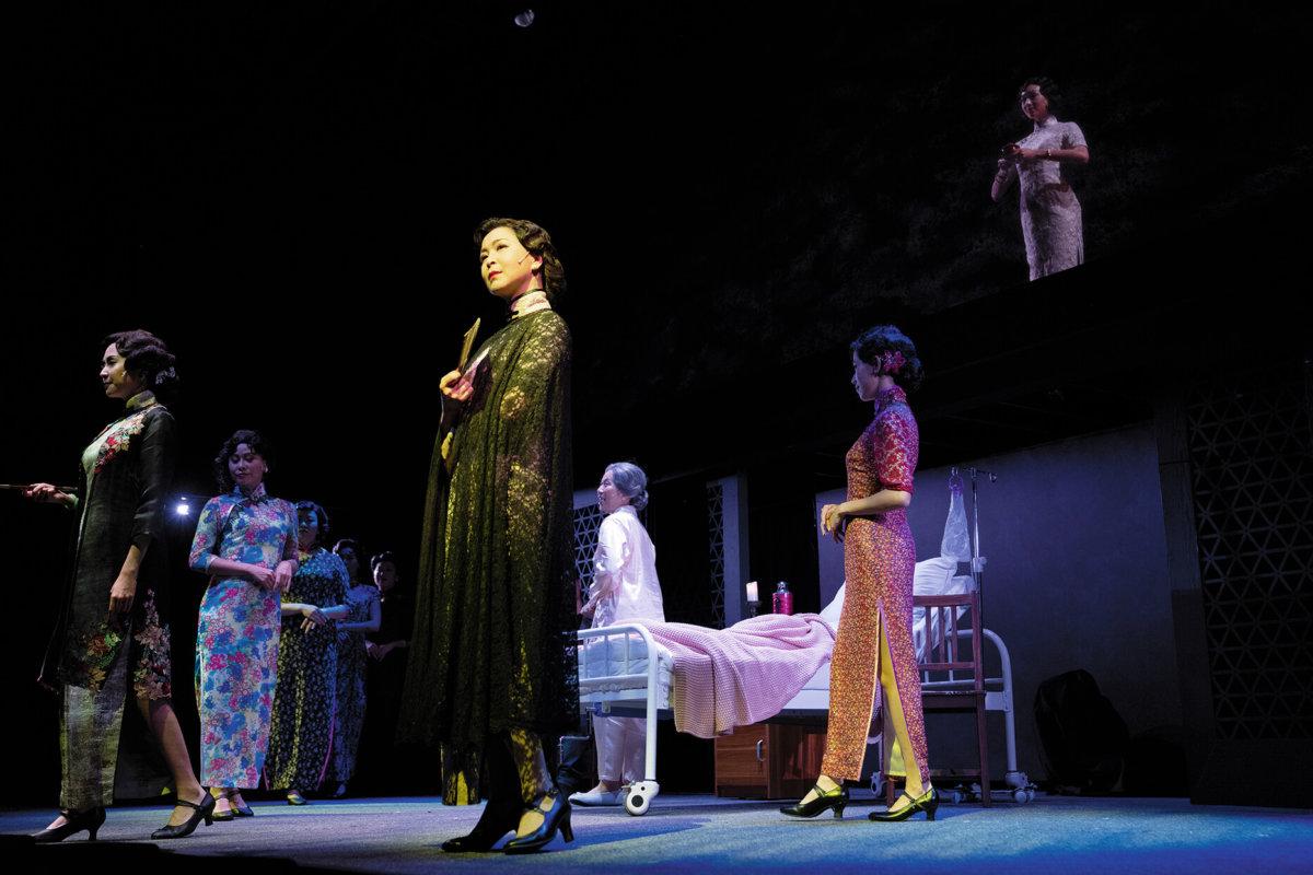 電視上的蘇玉華,角色大多貼地親民,但舞台上的她,完全是另一個人,光芒四射,壓場感十足。飾演名妓顧香蘭,美豔迷人,情感收放自如,細膩動人。