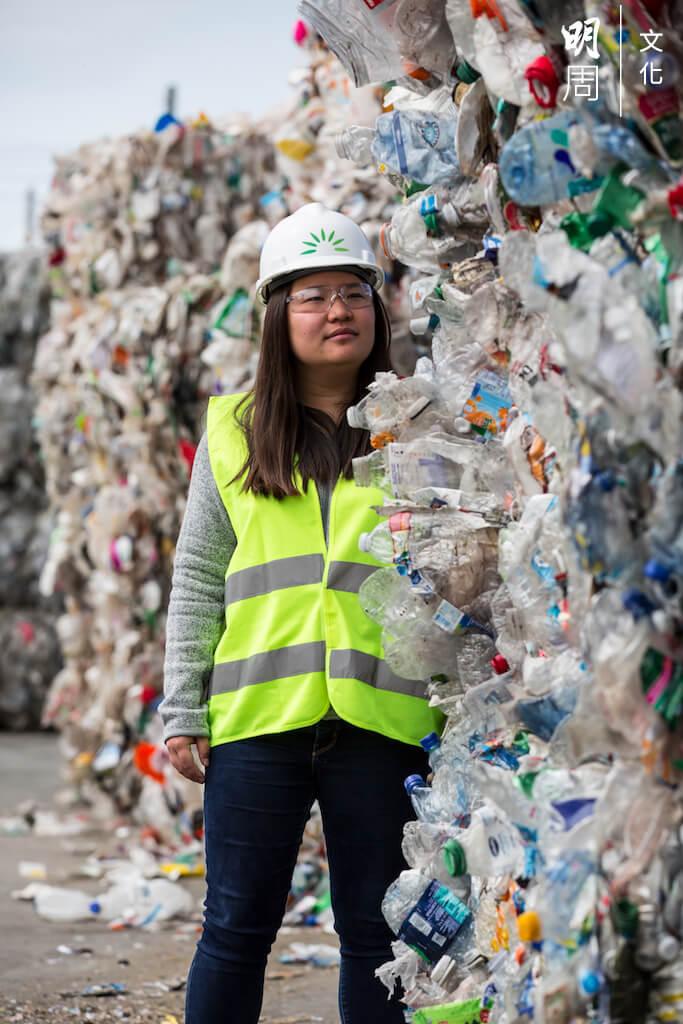 汪郁雯前後投放共十年時間研究塑膠分解,這條路,還未看見終點