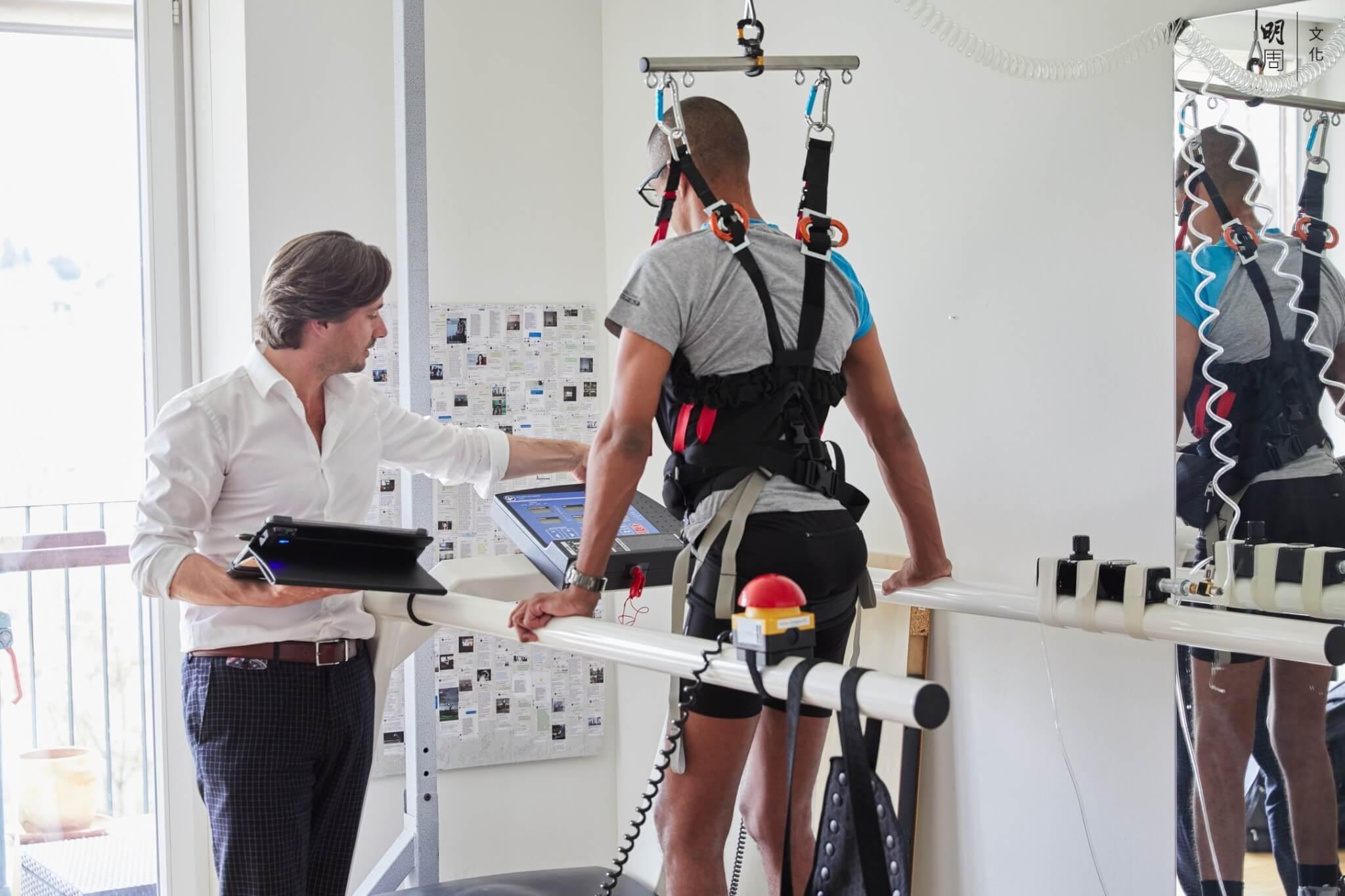 癱瘓九年,Devi要穿上安全帶,靠懸掛式輔助步行器,重新學習行走。