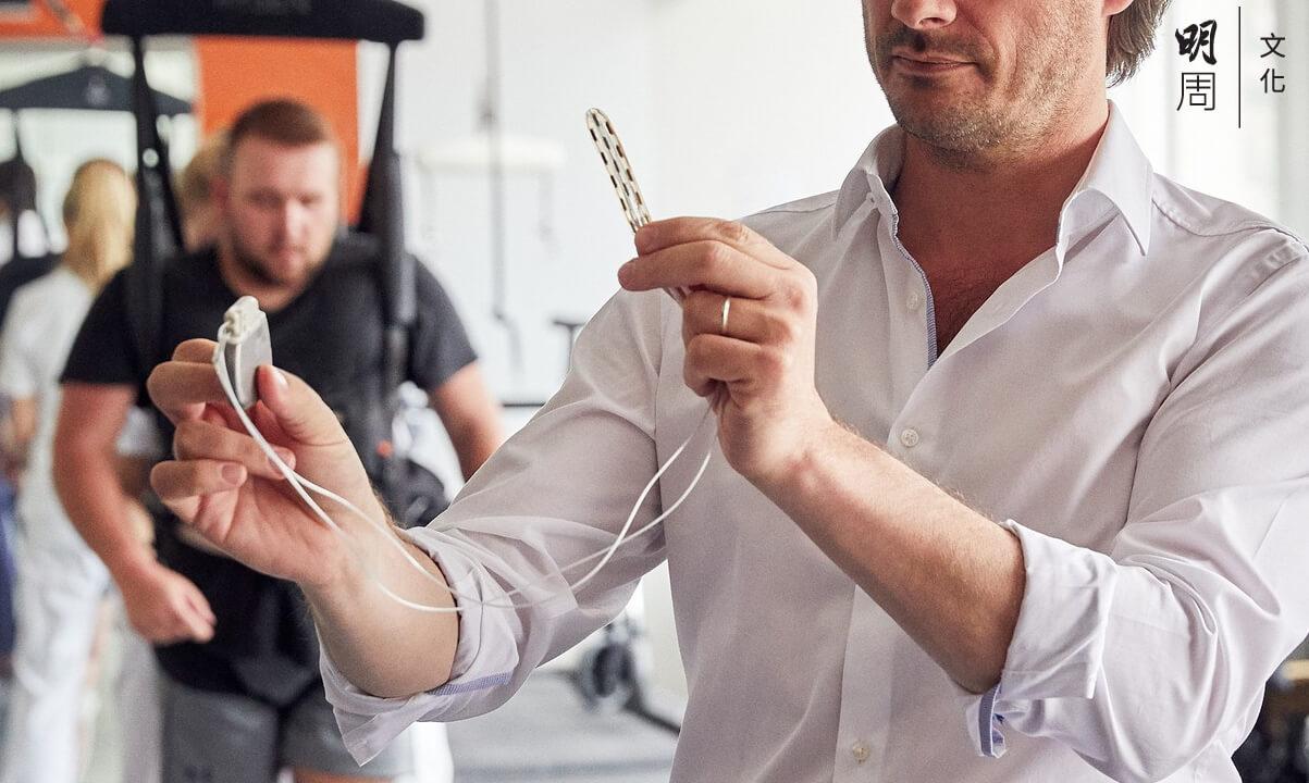 起搏器收到「大腦」裝置的信號,會發放電流刺激神經,再由神經將信號傳送到肌肉。