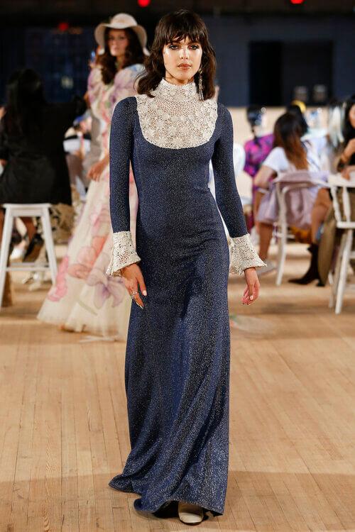 第二套登場的午夜藍光澤蕾絲晚裝,向剛剛聖羅蘭的靈感女神 Marina Schiano致敬。