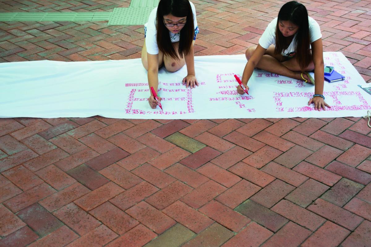 香港大學學生會會長梁麗幗和同學製作宣傳橫額