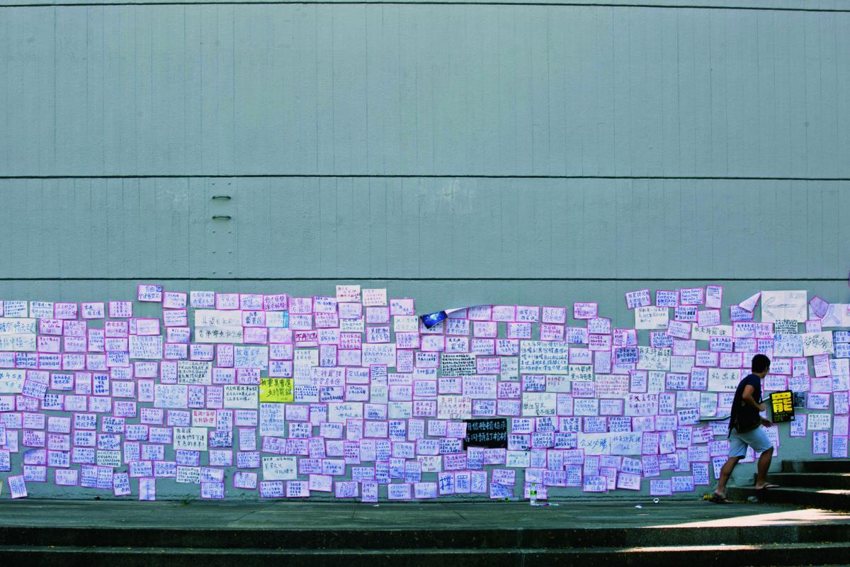 學生寫下自己的罷課宣言,全張貼在牆上。