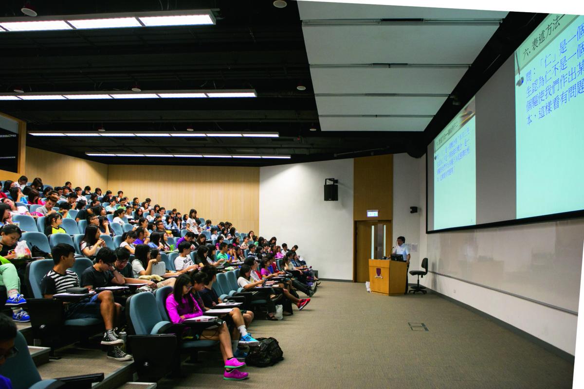 演講廳內的課堂,「聽課的學生較上周少一點。」巢立仁博士說。
