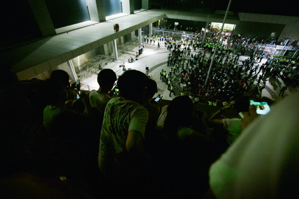 野人到達現場,他首先攀進天橋旁的花槽,從高處看看公民廣場內有沒有認識的朋友。