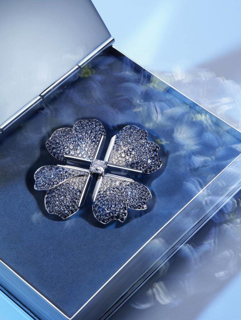 鉑金鑲藍寶石及鑽石花卉胸針