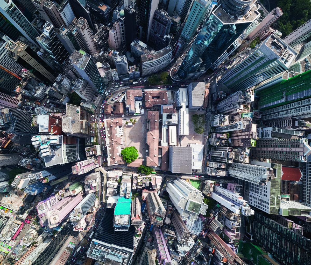 從高空可見大館位處中環的心臟地帶,與旁邊的高樓大廈形成強烈對比。