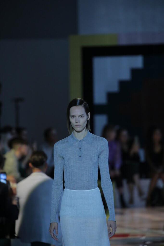 由丹麥超模Freja Beha Erichsen針織上衣和白色西裝半裙開場