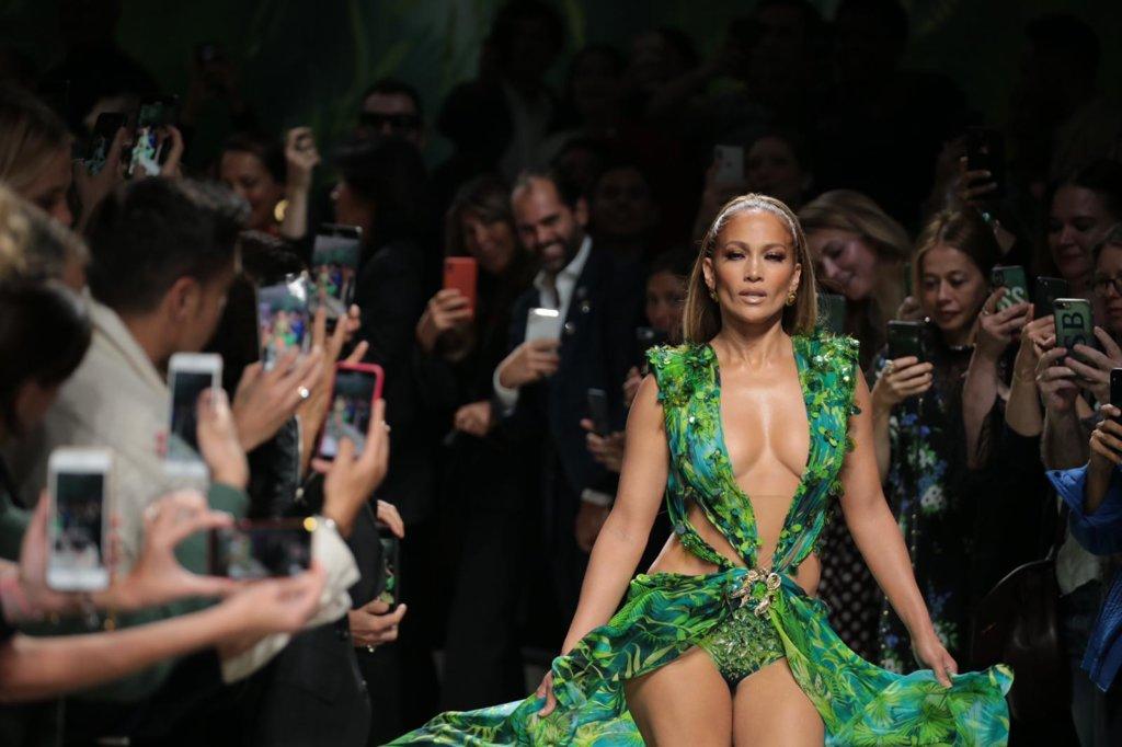 Jennifer Lopez再次穿起經典綠裙。