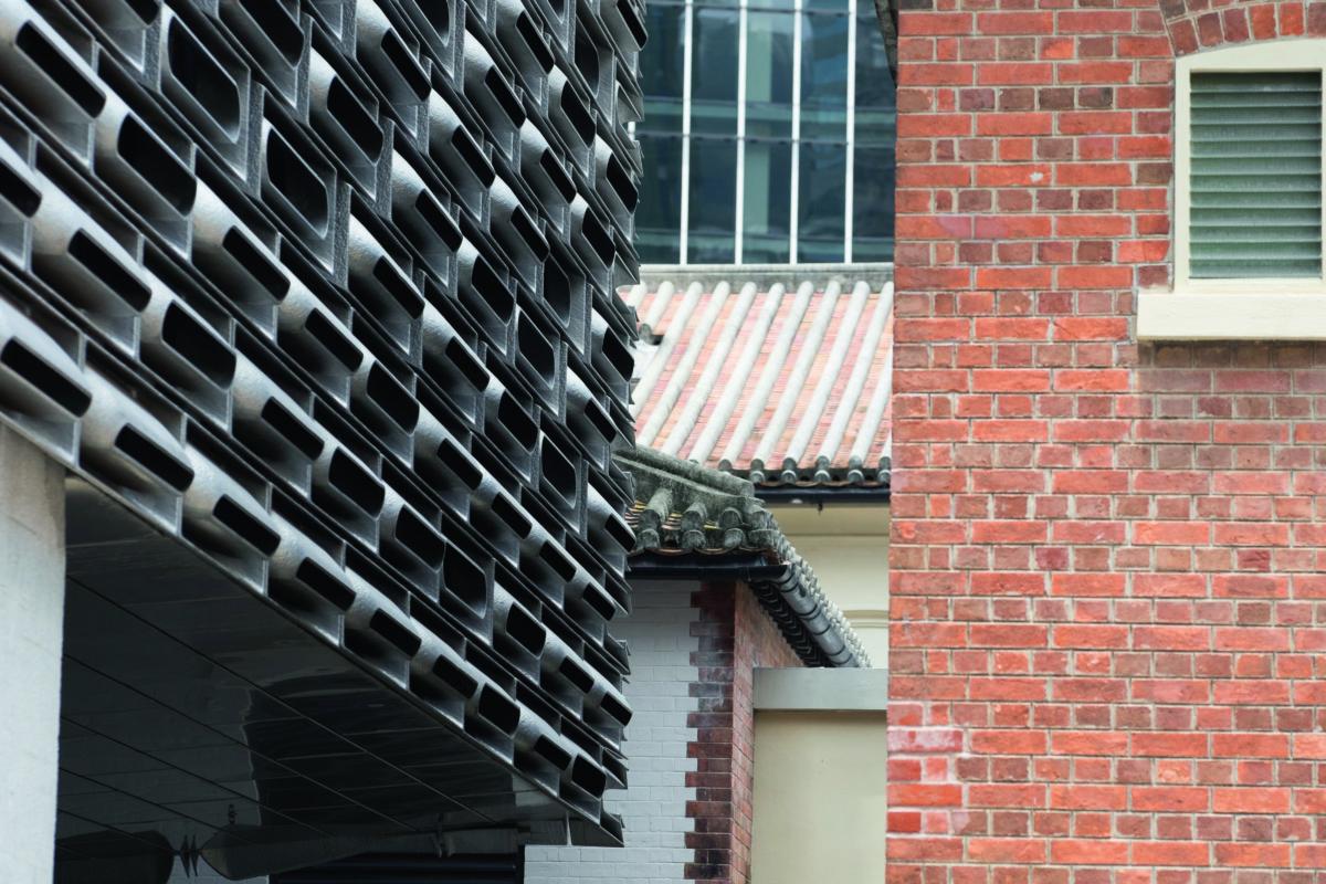 賽馬會立方及賽馬會藝方的鋁磚每塊的角度不一,在每天不同的日照時間裏,都讓建築物的光影有細微的變化。