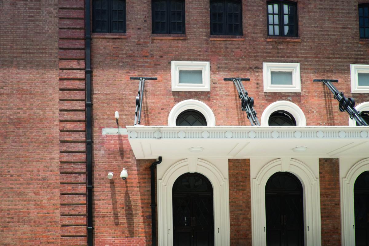 中央裁判司署入口的簷篷,本來只有數條黑色吊臂作支撐,為了鞏固結構,大館花了不少心思把工字鐵安裝在簷篷裏,絲毫沒有影響外觀,也細心地依照原有設計還原黑色吊臂,雖沒有支撐用途,但可保留建築物的原真性。