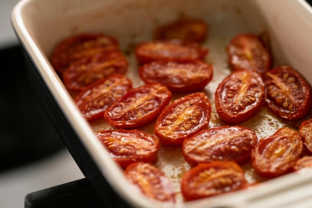 將蕃茄做成confit不但可減少水份,避免混合其他食材時令成品過濕,也可以令蕃茄內的糖份更集中,味道更香甜。