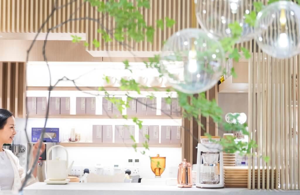 一室簡約白和木色很有清新簡約感覺,讓茶客忘記煩心鎖事。