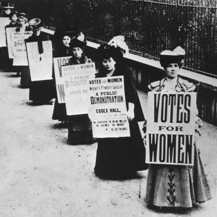 第一次世界大戰剛剛結束的時候,三十歲以上的英國婦女第一次可以像男人參與選舉,然而擁有投票權之前,當時的女性一度將爭取女性投票權的標語舉在胸前。