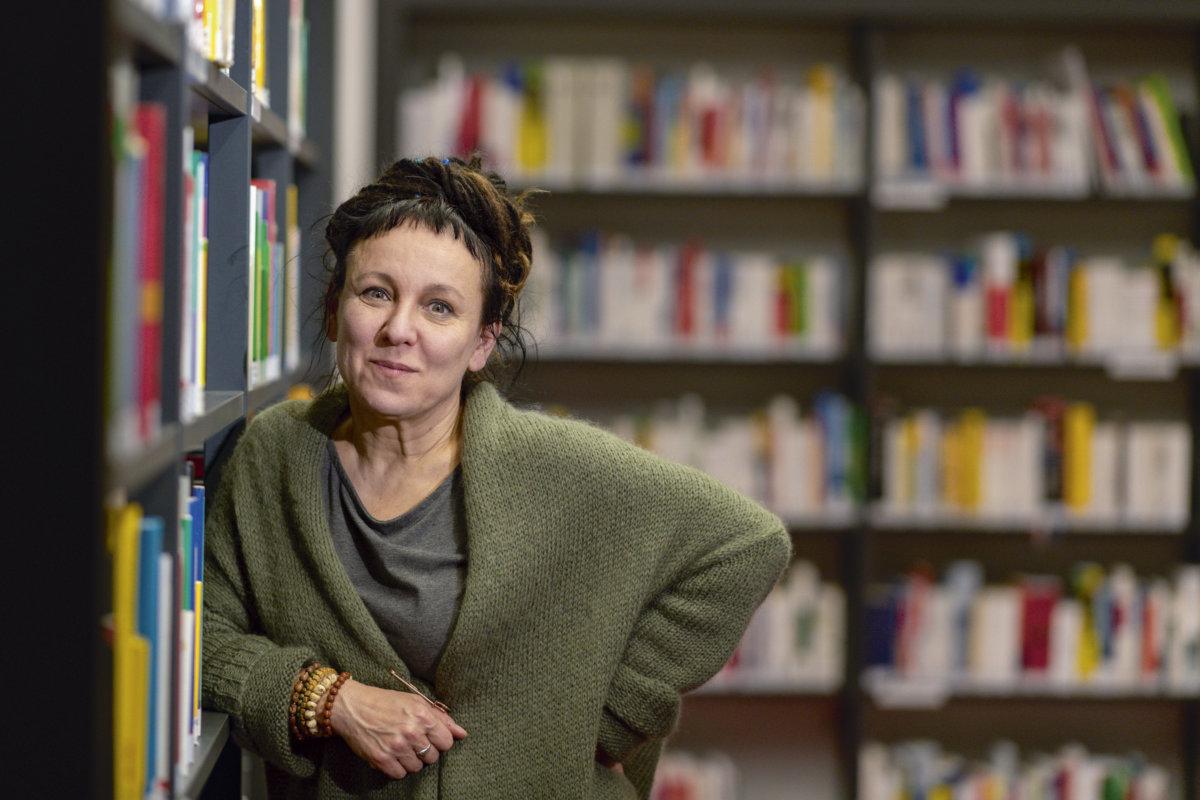 五十七歲的波蘭作家奧爾嘉.朵卡萩(Olga Tokarczuk)為2018年諾貝爾文學獎得主,獲悉得獎時她正在德國宣傳新書。