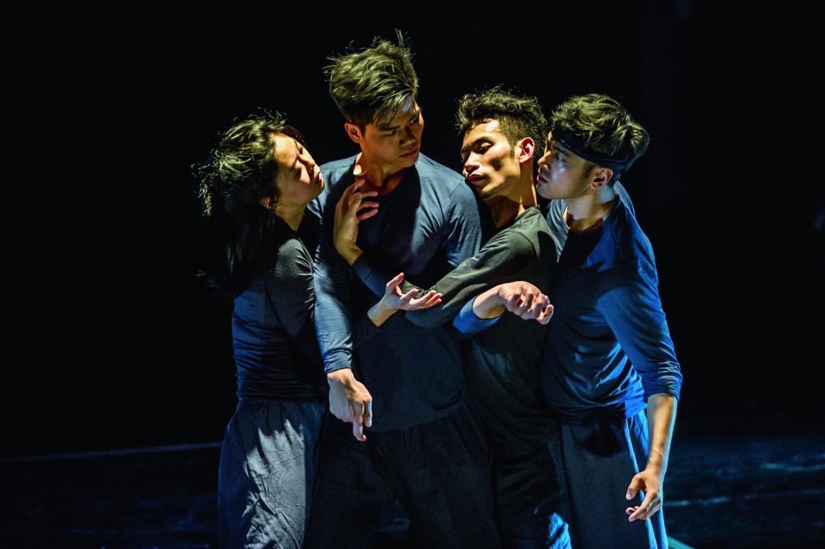 《孤兒》沒有佈景、道具和華衣,五位素人演員加一名現場樂師,以汗水說故事。