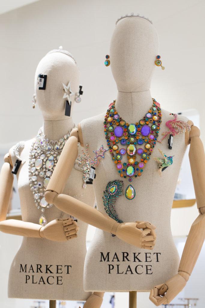品牌Butler & Wilson設計搞怪有趣,閃耀動人,讓人眼花繚亂。