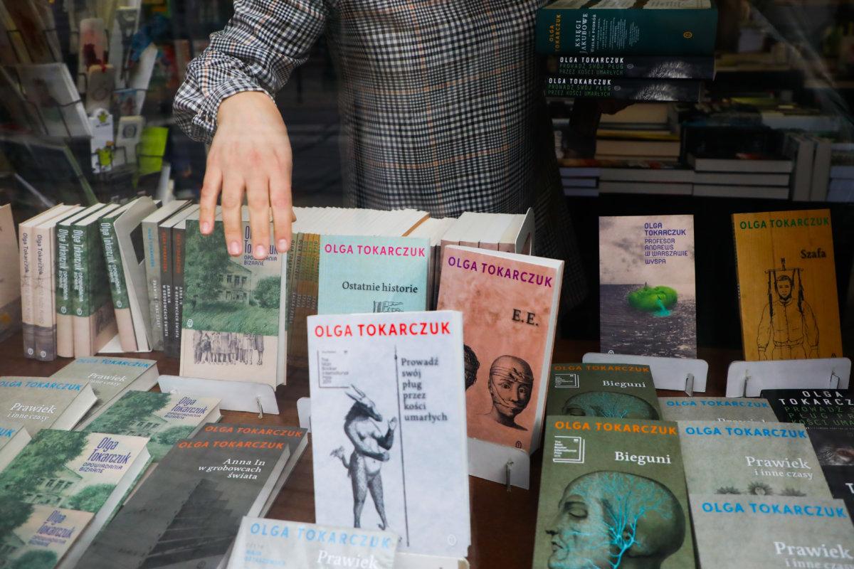 雖然波蘭官方視奧爾嘉為「國家敵人」,但她的作品深受民間喜愛,克拉科夫書店把她的著作放在當眼位置。
