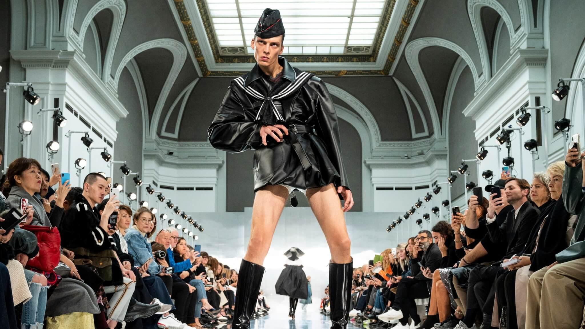 Margiela 2020春夏秀上的模特兒Leon Dame,奇特台步以及被人稱為怒氣沖沖的表情瞬間在巴黎引起話題。