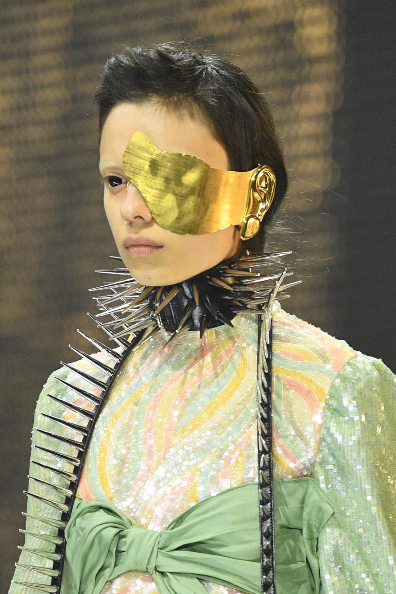 Gucci秋冬2019秀上帶著古典氣息的金色假面。