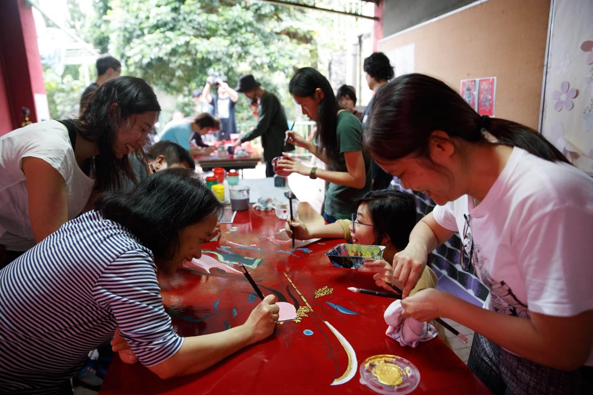 「隨匠師共藝」參與者向工匠學習傳統工藝