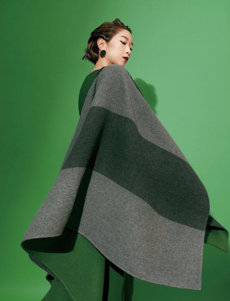 Esme Stripes雙層羊絨斗篷 Canary 小山羊絨毛衣 Canary 小山羊絨半身裙 All From Loro Piana 金屬耳環 Stylist Own