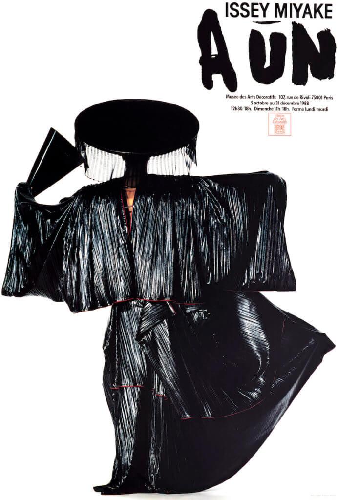 三宅一生非常欣賞田中,自由2016年起,每年都會推出以田中的作品為主題的時裝系列。圖為1988年三宅一生巴黎展覽的海報。