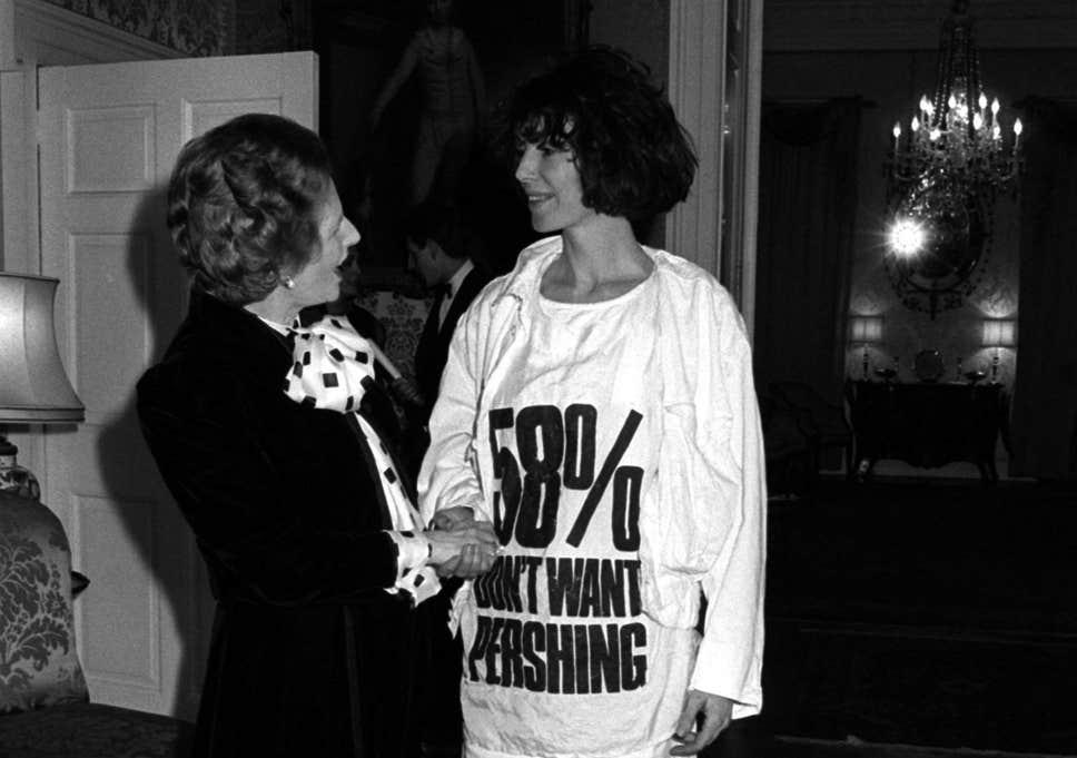 """英國設計師Katharine Hamnett功不可沒,她穿上寫着""""58% don't want Pershing""""長版T恤會見戴卓爾夫人的時候,除了表達反對英國政府欲同意美國在歐陸設置導彈的想法,亦間接將帶有意識的標語設計與時裝赤裸融合。"""