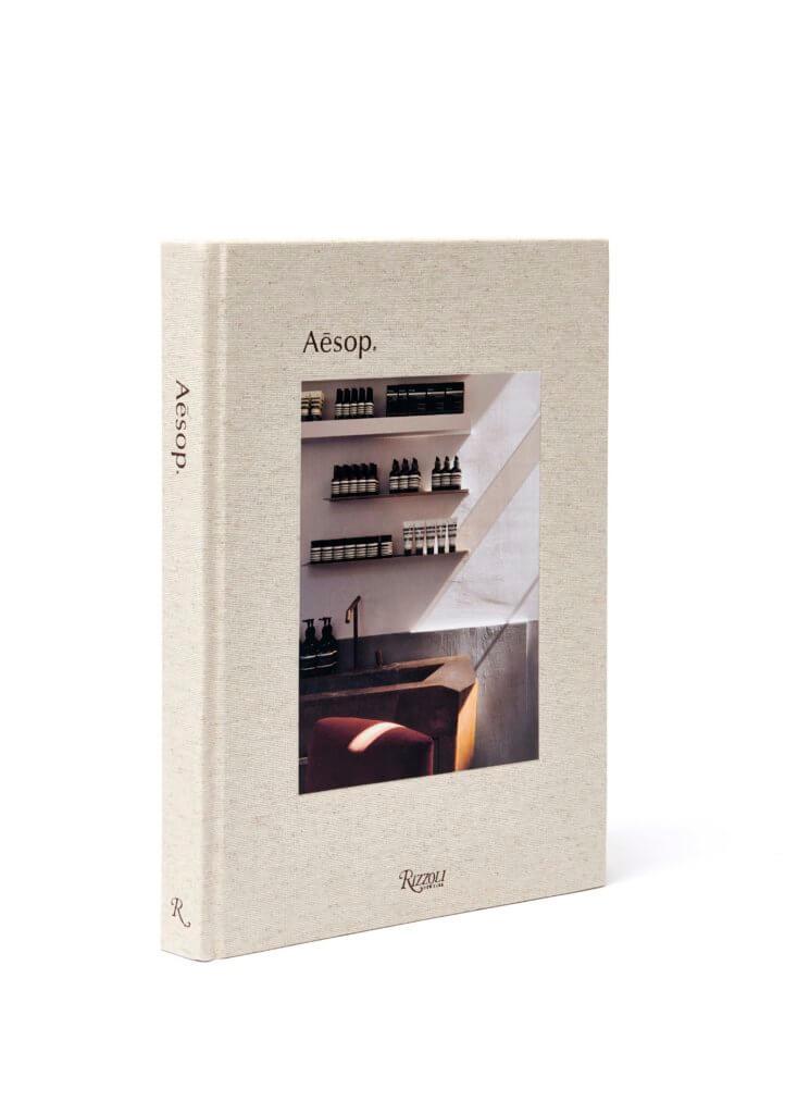 《Aesop》由紐約Rizzoli出版社發行,將於2019年10月22日星期二在概念店和網上發售。 建議零售價:HK$590