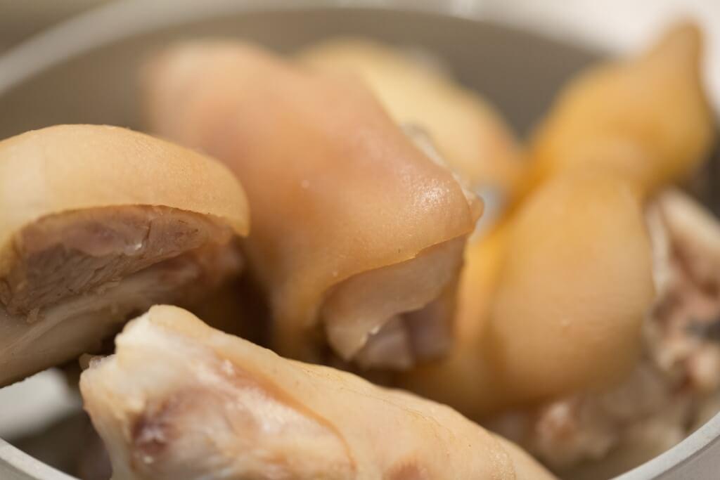 新鮮豬手那層厚厚的皮跟柔韌的肉筋,原來有着豐富的骨膠原。