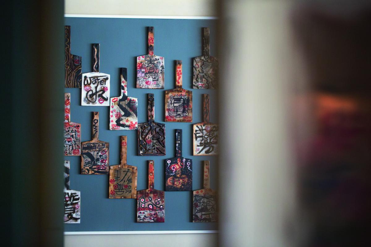 會所每層都有香港藝術家的作品,如其中一層餐廳的一整面牆,掛上蛙王的大型作品。