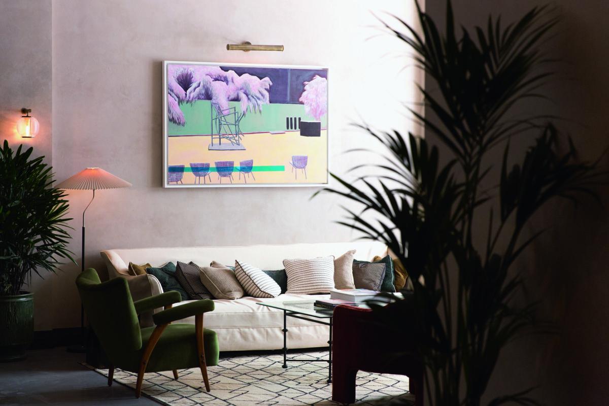 會所內所有家具的布料都特別為香港分館設計